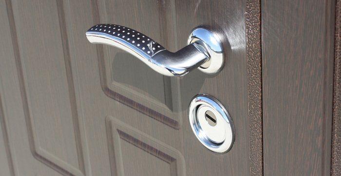 установка металлической двери